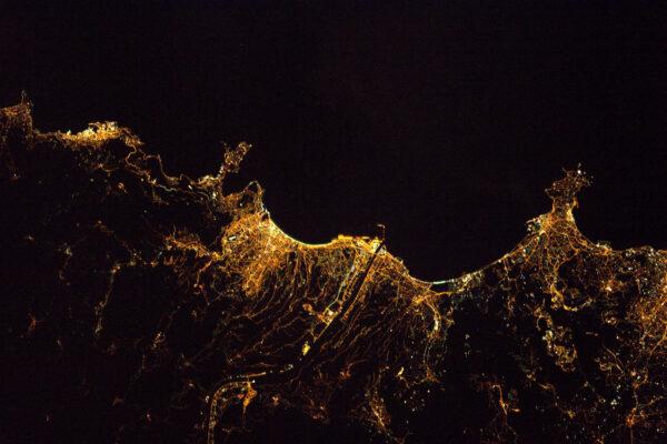 Antibes, Nice a Monako tvoří hranici nočního Azurového pobřeží.