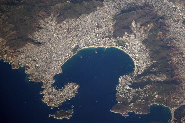Krásný záliv v Acapulcu – Mexiko. Vypadá to na oblíbenou lokalitu – soudě podle počtu lodí, které jsou vidět. Těšíte se na prosluněné prázdniny?