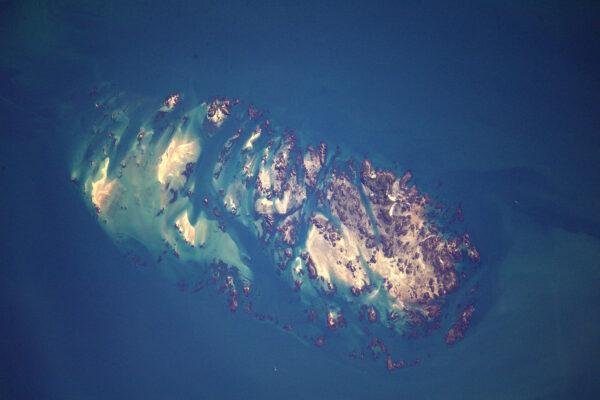 V zálivu St Brieuc můžete vidět malé čtverečky u ostrova nalevo. Mohly by to být klece s ústřicemi?