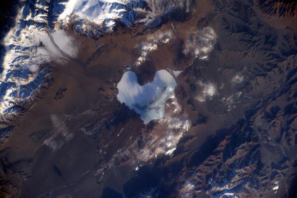 2/2 Tak tuhle fotku jsem dneska vážně neplánoval. Věřte mi to nebo ne, ale díky nečekaným událostem jsem se díval z Cupoly během minutové pauzy mezi cvičeními a najednou jsme letěli nad jezerem ve tvaru srdce, které leží v Mongolsku. Valentýn na mne dnes znovu udeřil.