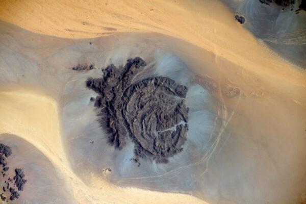 Afrika je doslova pokladnicí pro oči. Krásná skalní formace v čadské poušti.