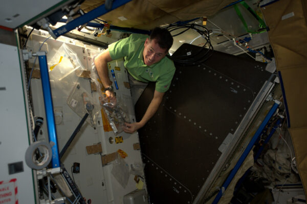 Stěny na ISS jsou ve skutečnosti racky, které mohou být využity k ventilaci, chlazení, navigaci, mohou v nich být počítače, vědecké experimenty a mnoho dalších věcí. Jsou vždycky plné nejrůznějšího vybavení. Občas se musíme dostat za ně, abychom provedli údržbu, nebo nějaké vylepšení. Je to jediná příležitost, kdy se můžeme dotknout tenké kovové vnitřní stěny, které nás izoluje od kosmického vakua.
