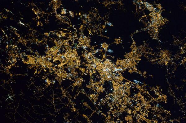 Potřebuju pomoct s identifikací tohoto nočního města. V době, kdy fotka vznikla, jsme letěli zhruba od Paříže k Varšavě. (Lidé v komentářích nejčastěji tvrdí, že jde o Katowice – pozn. aut.)
