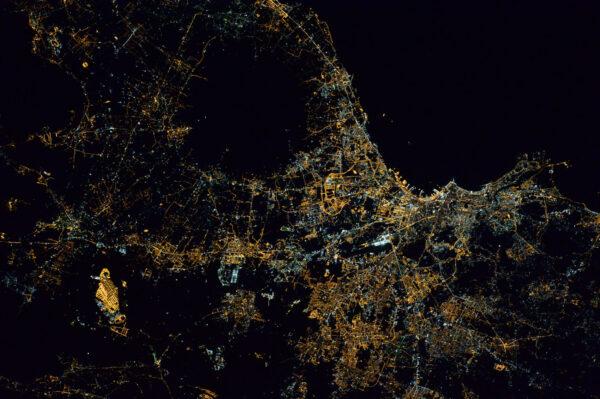 Neapol v noci. Ten tmavý kruh je Vesuv, na kterém nikdo nežije – nejsou tam proto pouliční světla.