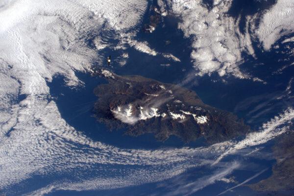 Perfektní přibližování lodi Dragon, který přilétá pod ISS. Je od nás 5 kilometrů a o dalších 400 kilometrů dál je Korsika. Tohle není úplně špatný výhled.