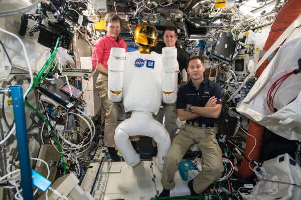 3/6 Minulý týden jsme zapnuli Robonauta a chvilku jsme spolupracovali. Robonauta vyvinula NASA, aby pomáhal astronautům s nebezpečnými, nebo repetitivními úkoly. Robot je pořád v testovací fázi. Minulý týden jsme ho připojili ke zdrojům energie, abychom ověřili jeho elektrickou spotřebu a vyřešili problémy s jedním vadným kabelem. V budoucnu by podobní roboti jako Robonaut mohli prozkoumávat cizí planety, přičemž by je ovládali astronauti. Ostatně před deseti dny jsem dělal telerobotický experiment Haptics 2, který s tím souvisí. Je hodně dobré, když pracujete s robotem o velikosti člověka!