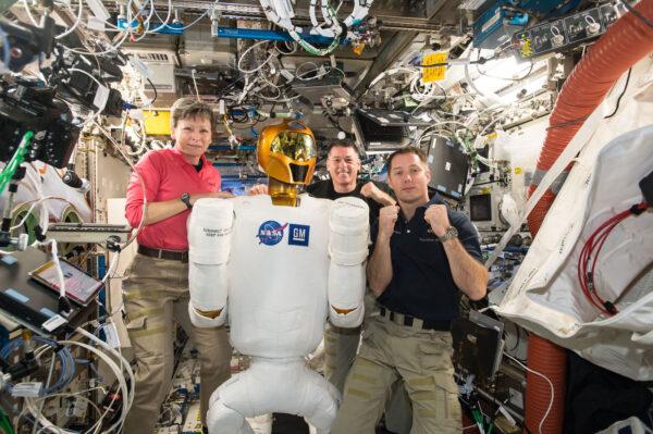 5/6 Minulý týden jsme zapnuli Robonauta a chvilku jsme spolupracovali. Robonauta vyvinula NASA, aby pomáhal astronautům s nebezpečnými, nebo repetitivními úkoly. Robot je pořád v testovací fázi. Minulý týden jsme ho připojili ke zdrojům energie, abychom ověřili jeho elektrickou spotřebu a vyřešili problémy s jedním vadným kabelem. V budoucnu by podobní roboti jako Robonaut mohli prozkoumávat cizí planety, přičemž by je ovládali astronauti. Ostatně před deseti dny jsem dělal telerobotický experiment Haptics 2, který s tím souvisí. Je hodně dobré, když pracujete s robotem o velikosti člověka!