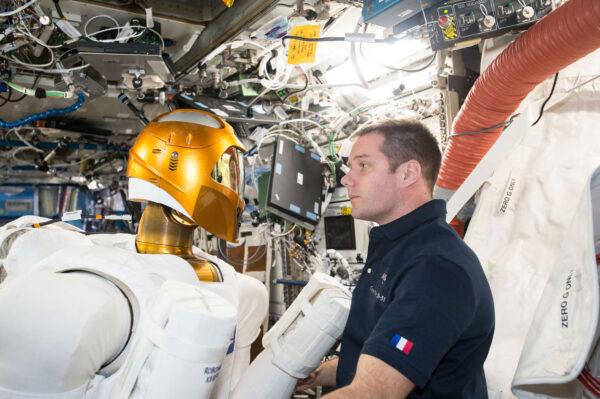 6/6 Minulý týden jsme zapnuli Robonauta a chvilku jsme spolupracovali. Robonauta vyvinula NASA, aby pomáhal astronautům s nebezpečnými, nebo repetitivními úkoly. Robot je pořád v testovací fázi. Minulý týden jsme ho připojili ke zdrojům energie, abychom ověřili jeho elektrickou spotřebu a vyřešili problémy s jedním vadným kabelem. V budoucnu by podobní roboti jako Robonaut mohli prozkoumávat cizí planety, přičemž by je ovládali astronauti. Ostatně před deseti dny jsem dělal telerobotický experiment Haptics 2, který s tím souvisí. Je hodně dobré, když pracujete s robotem o velikosti člověka!