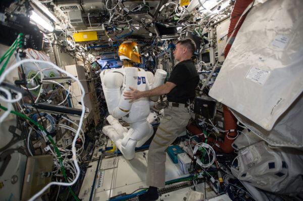 1/6 Minulý týden jsme zapnuli Robonauta a chvilku jsme spolupracovali. Robonauta vyvinula NASA, aby pomáhal astronautům s nebezpečnými, nebo repetitivními úkoly. Robot je pořád v testovací fázi. Minulý týden jsme ho připojili ke zdrojům energie, abychom ověřili jeho elektrickou spotřebu a vyřešili problémy s jedním vadným kabelem. V budoucnu by podobní roboti jako Robonaut mohli prozkoumávat cizí planety, přičemž by je ovládali astronauti. Ostatně před deseti dny jsem dělal telerobotický experiment Haptics 2, který s tím souvisí. Je hodně dobré, když pracujete s robotem o velikosti člověka!