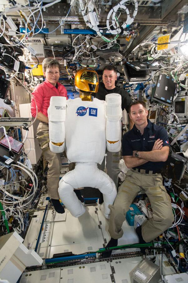 2/6 Minulý týden jsme zapnuli Robonauta a chvilku jsme spolupracovali. Robonauta vyvinula NASA, aby pomáhal astronautům s nebezpečnými, nebo repetitivními úkoly. Robot je pořád v testovací fázi. Minulý týden jsme ho připojili ke zdrojům energie, abychom ověřili jeho elektrickou spotřebu a vyřešili problémy s jedním vadným kabelem. V budoucnu by podobní roboti jako Robonaut mohli prozkoumávat cizí planety, přičemž by je ovládali astronauti. Ostatně před deseti dny jsem dělal telerobotický experiment Haptics 2, který s tím souvisí. Je hodně dobré, když pracujete s robotem o velikosti člověka!