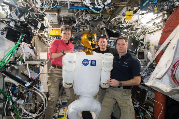 4/6 Minulý týden jsme zapnuli Robonauta a chvilku jsme spolupracovali. Robonauta vyvinula NASA, aby pomáhal astronautům s nebezpečnými, nebo repetitivními úkoly. Robot je pořád v testovací fázi. Minulý týden jsme ho připojili ke zdrojům energie, abychom ověřili jeho elektrickou spotřebu a vyřešili problémy s jedním vadným kabelem. V budoucnu by podobní roboti jako Robonaut mohli prozkoumávat cizí planety, přičemž by je ovládali astronauti. Ostatně před deseti dny jsem dělal telerobotický experiment Haptics 2, který s tím souvisí. Je hodně dobré, když pracujete s robotem o velikosti člověka!