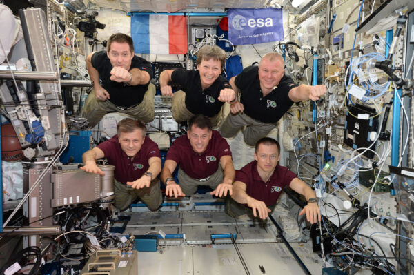 Každá dlouhodobá expedice pořizuje na ISS společnou fotku. My jsme tomu dali novou šťávu!