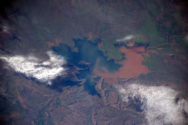 Zajímavé dvoubarevné jezero ztracené kdesi v rozlehlosti Austrálie.