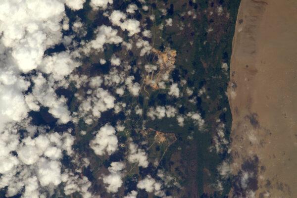 Startovní rampy Centre Spatial Guyanais, odkudESA, CNES a Arianespace vypouští rakety do vesmíru. Není snadné je najít mezi mraky. Dnes má Ariane 5 první letošní start, tak hodně štěstí! Nebudu mít možnost sledovat tenhle start ze stanice, ale věřím, že se mi někdy podaří vyfotit z vesmíru start rakety.