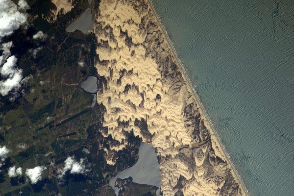 Písečné duny vytvarované pískem na brazilském pobřeží – ráj kitesurfařů.