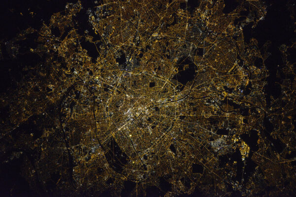 Nádherná fotka Paříže, které se právem říká Město světla! Myslím si, že je zatím ze všech nejlepší – pořídil ji Oleg Novickij, můj ruský kolega a velitel Sojuzu. Je opravdu šikovný a z nás všech umí dělat nejlepší noční fotky. Naši ruští kolegové mají 400 mm objektivy s nastavením ostřící paměti – nastavíte si ostrost během dne, uložíte nastavení do paměti a údaje použijete při nočním přeletu. V noci bývá moc málo světla pro automatické ostření a ostřit manuálně je složité. tohle je perfektní zbraň pro noční fotky.