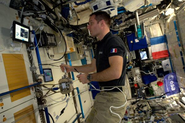 """2/2 Právě nyní (v úterý) provádím experiment Haptics-2 a cítím se skoro jako kdybych měl říct """"Dámy a pánové, hovoří k Vám pilot"""". Ale nebyl jsem v kabině dopravního letadla. Testoval jsem telerobotické vybavení, které bylo propojené se Zemí. Při rychlosti 28 000 km/h jsem během dvou oběhů kolem Země ovládal joystick-dvojče v nizozemském středisku ESA. Mohl jsem cítit, věci na Zemi přes můj joystick. Tenhle experiment ověřoval, jak by budoucí astronauti mohli dálkově ovládat rovery na povrchu jiné planety, zatímco lidé by obíhali kolem ní. Chytré! Tým mi poslal nějaké fotky pozemního nastavení. Mohl jsem potřást rukou některým lidem z jejich týmu. Bylo to pro mne úsměvný moment, protože za poslední dva měsíce jsem nebyl Zemi takhle blízko."""