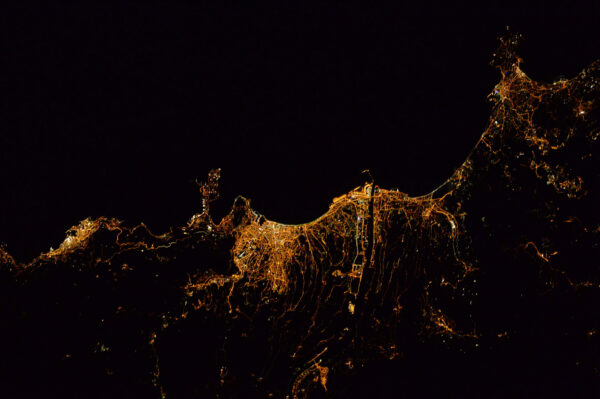 Nice se krčí mezi Středozemním mořem a úpatím přímořských Alp. Dokonce i v noci můžete číst jeho geografii.