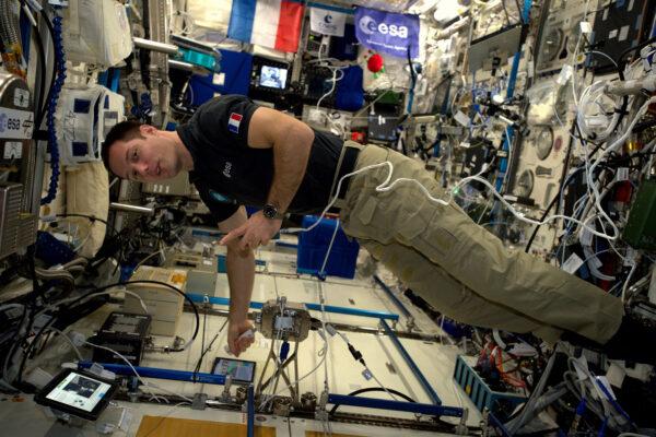 """1/2 Právě nyní (v úterý) provádím experiment Haptics-2 a cítím se skoro jako kdybych měl říct """"Dámy a pánové, hovoří k Vám pilot"""". Ale nebyl jsem v kabině dopravního letadla. Testoval jsem telerobotické vybavení, které bylo propojené se Zemí. Při rychlosti 28 000 km/h jsem během dvou oběhů kolem Země ovládal joystick-dvojče v nizozemském středisku ESA. Mohl jsem cítit, věci na Zemi přes můj joystick. Tenhle experiment ověřoval, jak by budoucí astronauti mohli dálkově ovládat rovery na povrchu jiné planety, zatímco lidé by obíhali kolem ní. Chytré! Tým mi poslal nějaké fotky pozemního nastavení. Mohl jsem potřást rukou některým lidem z jejich týmu. Bylo to pro mne úsměvný moment, protože za poslední dva měsíce jsem nebyl Zemi takhle blízko."""