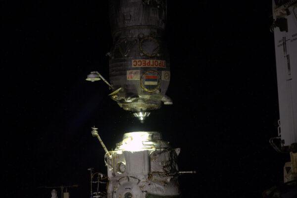 2/2 Další zásobovací loď opouští mateřskou základnu! Celá ISS se svými rozměry a hmotností se v úterý otočila tak, aby mohla loď Progress odlétnout. Při téhle orientaci se odlétající Progress dostal na vyšší a tím pádem pomalejší dráhu, takže loď nebude narušovat naši oběžnou dráhu a riziko kolize je tak vyloučeno. Bylo skvělé sledovat, jak se od nás pomalu vzdalovala, zatímco světla měst jsme nechávali za sebou a ne pod námi, jako obvykle. Progress je opravdový tažný kůň a jen k ISS jich vyrazilo víc než 50! Tohle byl Progress MS-03, který je stejně jako náš Sojuz MS-03 součástí modernizované řady. Stejně jako japonská HTV-6 shoří v atmosféře i s našimi odpadky. Na rozdíl od HTV se ale Progress připojuje a odpojuje samostatně, když poslouchá sérii pokynů ze Země – obejde se tedy bez pomoci robotického ramene. I přesto pro jistotu vždycky monitorujeme jeho přílet a odlet.