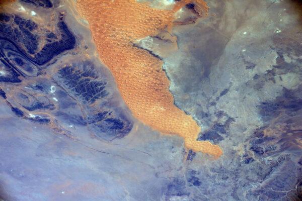 Pouštní umění písku a skal nemusí zblízka vypadat zajímavě, ale z ISS je pohled na tuhle scenérii doslova hypnotizující.