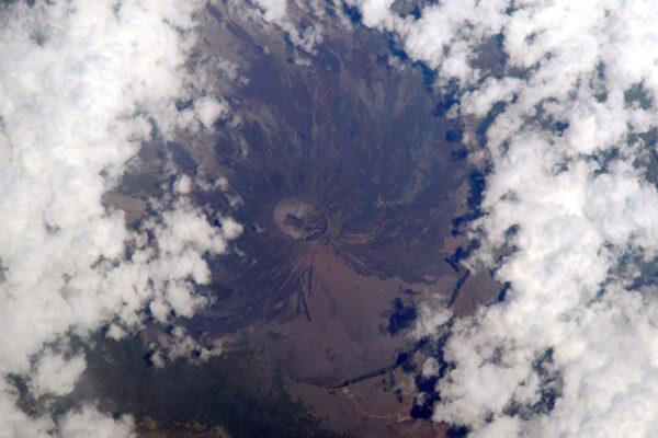 Francouzsky je to Le Piton de la Fournaise, anglicky zase Peak of the Furnace (česky tedy vrchol pece – pozn překl.) na ostrově Réunion. Když jsem jej naposledy navštívil, měla krátce před svou zatím poslední erupcí, ale slyšel jsem, že od té doby prý zase vybouchla!