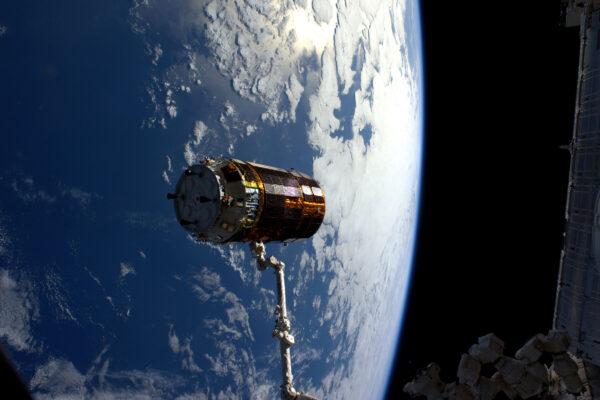 Minulý pátek jsme řekli sbohem japonské lodi HTV-6. Já se s ní loučil od ovládací konzole a Shane na všechno dohlížel. Po 46 dnech od připojení k ISS nám bude chybět modul navíc i jeho prostor. Je zábavné představit si, že tahle loď teď letí prostorem úplně sama, předtím než se dočká svého horkého konce, kdy shoří v atmosféře. I při posledních dnech své služby přinese důležité informace. JACA testuje lano, kterému říkají Kounotori Integrated Tether Experiment (KITE). Jde o 700 metrů dlouhé elektrodynamické lano, které má loď stáhnout k Zemi. Potřebujeme testovat tuto technologii, abychom zajistili, že příští satelity nezůstanou kroužit kolem Země navždy, ale že zaniknou poté, co skončí jejich služba.