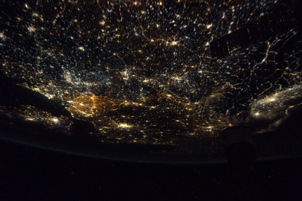 Není to dokonalá fotka, ale dá vám představu o tom, jak magické jsou noční přelety. Blyštivý koberec světel je krásnější, než si dokážete představit. Belgie se dá najít snadno – její dálnice v noci krásně svítí.