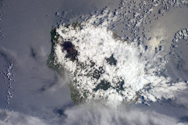 Další pohled na Réunion – mezi mraky můžete vidět sopku.