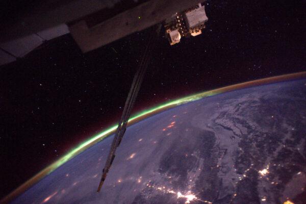 1/4 Po dvou měsících ve vesmíru jsem viděl svou první polární záři!! To magické zelené světlo v dálce. Těžko se fotí, ale určitě udělám lepší. Vždycky je něco, na co se člověk může na ISS těšit. Záře nastává, když silná radiace ze Slunce zasáhne naši atmosféru a doslova ji rozsvítí. Je to vlastně vizualizace zemského magnetického pole, které chrání pozemský život před kosmickým zářením.