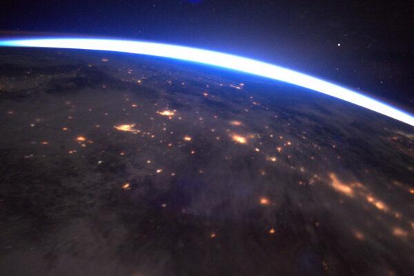 Let vstříc úsvitu je vždycky magický – cítíte rychlost Země, která se otáčí pod vámi a ISS se žene temnotou. Najednou se objeví záblesk světla.