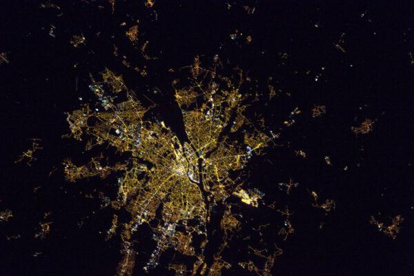 V těchto dnech nás oběžná dráhy ISS přivádí nad Evropu v noci. Vždycky jsem po pracovním dni rád fotil městská světla zářící do noci. Budu se snažit postovat snímky každý večer. Tohle je Nantes, shodou náhod si parta mých přátel udělala víkendový výlet do tohohle města, takže jsou na téhle fotce!