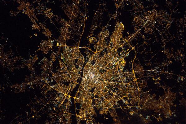 Varšava – Polsko. Teď už dokážu rozeznat města i v noci. Půl roku na ISS je opravdu skvělá škola v zeměpise.