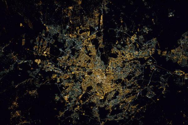 Je krásný za dne a úplně stejně krásný je i v noci – víte, co se říká – všechny cesty vedou do Říma.
