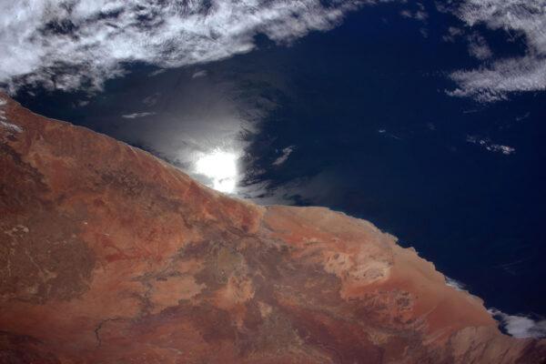 Záblesk slunce nás zastihl, když jsme přelétali nad hranicí pevniny a moře. Hledání odlesků je běžná technika při hledání a určování jezer, moří, oceánů a dalších vodních ploch – jak pro astronauty, tak pro družice, které sledují naši planetu.