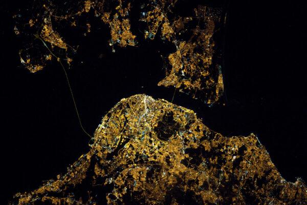 Lisabon, hlavní město Portugalska v noci krásně svítí.