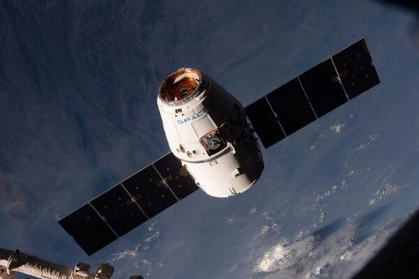 Dragon během svého závěrečného automatického přiblížení na vzdálenost 10 metrů pod ISS. Teď už bude na nás, abychom dokončili tuhle práci.