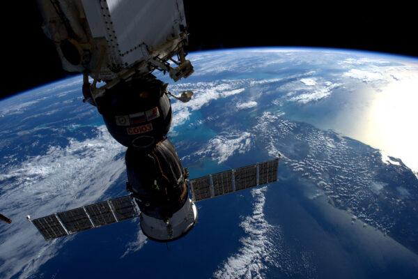 Progress i HTV už odletěly, náš Sojuz na spodní části stanice osiřel. Spodní straně se v kosmonautickém žargonu říká nadir. Druhý Sojuz je zaparkovaný na opačné straně, které se říká zenit. Jako útěcha se nám nabízí pohled na zakřivení Země a nádherný výhled na celý floridský poloostrov, což taky není k zahození.