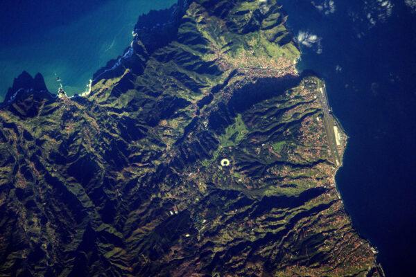 Letiště ve Funchalu má jedno z nejkomplikovanějších přiblížení na světě. Je blízko moře a prostor pro chybu je minimální. Navíc jsou tu časté boční větry, které umí být pěkně silné.