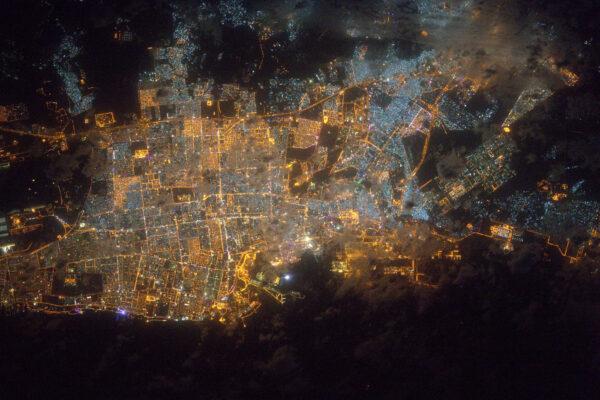Město Džidda pod lehkými mraky, které přichází z Rudého moře.