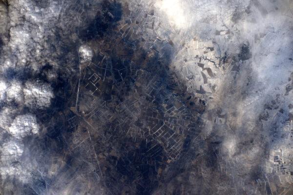 Bílá, kam okolo dohlédne a najednou pod námi hnědá země – je zvláštní jak to vypadá, že pole rozpustila okolní sníh na Ukrajině. Jaro se blíží!