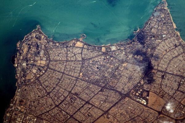 Město Kuvajt na pobřeží Perského zálivu. Stáhněte si koláž ve vysokém rozlišení: http://www.esa.int/spaceinimages/Images/2017/02/Kuwait_City_collage