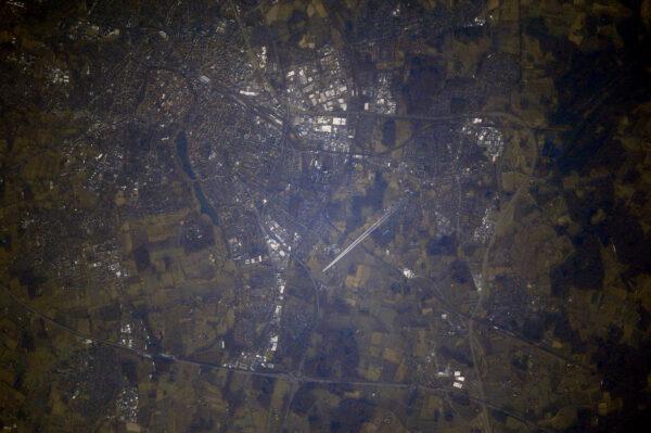 Není to moje nejlepší fotka (světlo bylo slabé – šlo o úsvit nad Belgií), ale poprvé jsem vyfotil letadlo ve vzduchu! Až doteď jsem mohl jen rozeznat kondenzační stopy. Tohle je dvoumotorový jetliner, který míří k Paříži, řekl bych. Nedokážu přečíst směrovku, ale třeba jsou to kolegové z Air France.