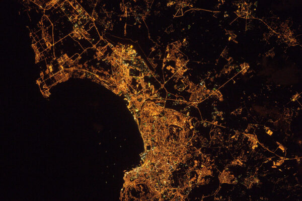 Alžír v noci vypadá, jako kdyby chtěl spolknout Středozemní moře.