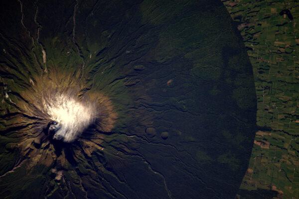 Sopka Taranaki na Novém Zélandu má téměř kruhovou základnu, která vystupuje ze zelených lesů. Říká se, že vypadá jako japonská hora Fuji. Já věřím, že jednou zachytím i Fuji.