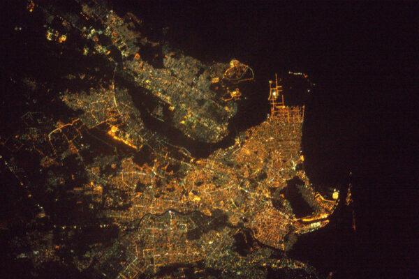 Karáčí na břehu Arabského moře. Největší město Pákistánu a sedmé největší město světa.