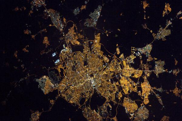 Dobrý večer, Madride. Město, kde jsem získal svou první práci, vypadá z vesmíru stejně živě, jako si ho pamatuju.