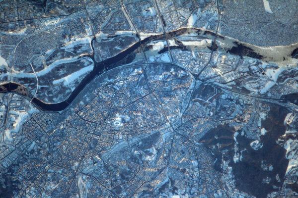 Kyjev vypadá tak studeně, když je i z ISS vidět, že řeka pomalu zamrzá.