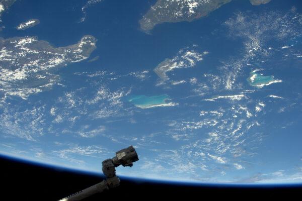 Robotická paže zaměřila krásný ostrov v Karibiku. Jsem si jistý, že by ocenila dovolenou, ale tady nahoře na ni ještě čeká hodně práce.