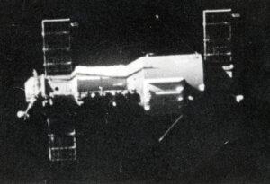 Jeden z posledních pohledů na Saljut 1 objektivem Viktora Pacajeva (neodhozený kryt aparatury ONA je jasně viditelný na širším válci obytného úseku)